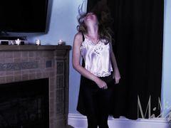 Страшное невидимое привидение пытается выебать рыжую девку
