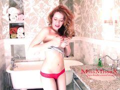 Рыжая бестия с красивыми сисечками мастурбирует в ванной