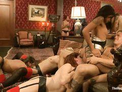 Жесткий групповой секс со страпонами на БДСМ вечеринке