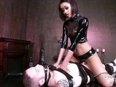Связанный раб со страпоном на лице вынужден трахать мулатку госпожу