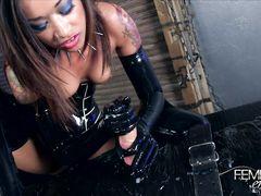 Темнокожая госпожа в латексе скачет на члене скованного раба