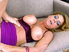 Клевая грудастая женщина за 50 трахается на диване с пареньком
