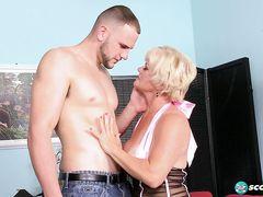 Одинокая зрелая блондинка занялась анальным сексом с соседом
