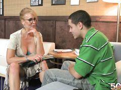 Очкастая зрелая психотерапевт трахается в задницу с пациентом