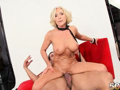 50-летняя блондинка трахается на кастинге с молодым партнером