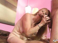 Ненасытная зрелая женщина трахается на кастинге с молодым парнем