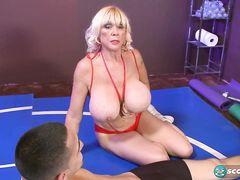 Зрелая блондинка с огромными сиськами трахается на ринге с парнем