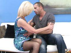 Опытный любовник трахает большим членом зрелую блондинку в чулках