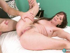 Парень вставляет палец в жопу зрелой женщины во время секса