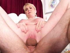 Короткостриженная зрелая женщина получила сперму в пизду