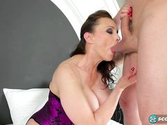 Шикарная зрелая женщина с огромными дойками ебется в попочку с парнем