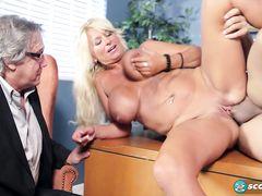 Босс смотрит как его зрелая грудастая секретарша трахается с парнем