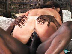 Подкачанный негр трахает зрелую белую женщину на секс кастинге