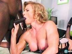 Крепкий молодой негр трахает зрелую белую женщину в чулочках