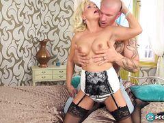 Молодой лысый парень трахает зрелую блондинку в черных чулках