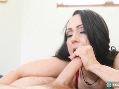 Соблазнительная женщина за 50 трахается в спальне с молодчиком