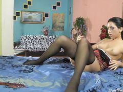 Неподражаемая русская брюнетка мастурбирует через колготки