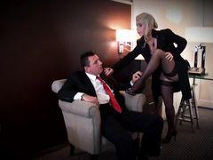 Элитная русская проститутка в чулках раздвинула жопу перед клиентом