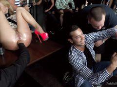 Послушная блондинка трахается во все дырки на публике в баре