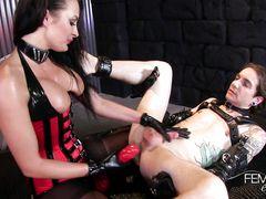 Жестокая госпожа в корсете и колготках выебала страпоном в жопу раба