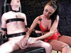 Озорная госпожа в латексе использует мастурбатор для дрочки члена раба