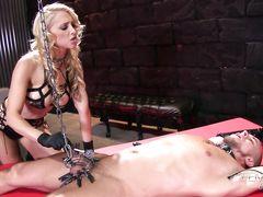 Госпожа в сексуальном наряде устроила жесткие пытки связанному рабу