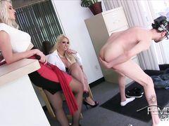 Секретарша и ее подруга жестко издеваются над парнем под гипнозом