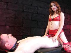 Рыженькая госпожа в чулках издевается над рабом с фиксатором на члене