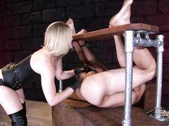 Графиня в корсете и на каблуках страпоном рвет задний проход раба