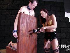 Изобретательная госпожа испытывает новую секс игрушку на члене раба