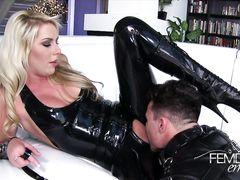 Послушный молодой раб лижет госпоже в латексе ее киску