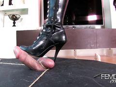 Ненормальная госпожа в латексе топчется каблуками по члену раба