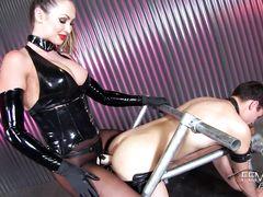 Неумолимая госпожа в латексе выебала страпоном в жопу бедного раба