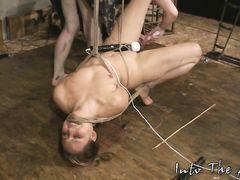 Жестокая лесбиянка доминирует над связанной веревками девушкой