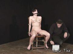 Садист устроил для бедной голенькой девушки жесткое садо мазо