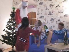 Дед Мороз принимает участие в новогодней групповой оргии