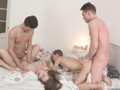 Юные русские друзья занялись групповым сексом на домашней тусе