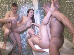 Два парня и две русские девушки занялись групповухой в ванной
