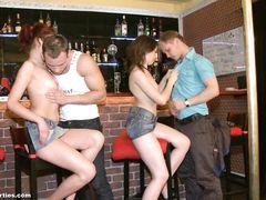 Две русские девушки и два парня занимаются групповым сексом в баре