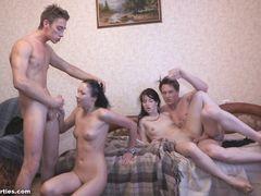Две молодые семейные пары пробует свинг на съемной квартире