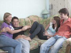 Две русские девочки участвуют в групповой домашней оргии с двумя москвичами