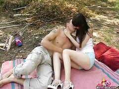 Плоскодонка 18-ти лет трахается на природе со своим хахалем