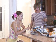 Две русские 18-летние подружки трахаются на вписке с парнями