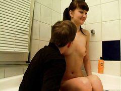Привлекательный парень занялся сексом в ванной с русской девчонкой
