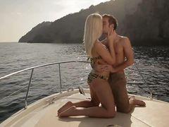 Привлекательный мажор занялся сексом на яхте с обалденной блондинкой