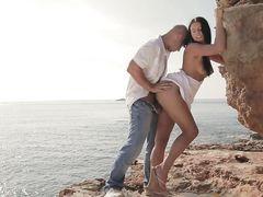 Романтичный секс на пляже влюбленной молоденькой пары в одежде