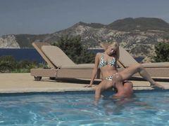 Страстный лысый мужик трахает в попку блондинку в купальнике