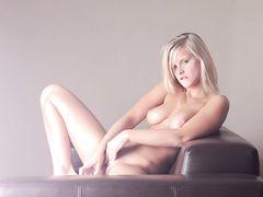 Блондинка с идеальным телом красиво мастурбирует фаллоимитатором