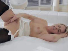 Страстная мастурбация красотки на кровати