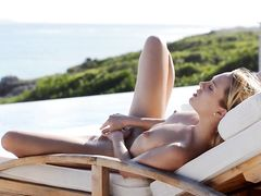 Отдыхающая голая девушка красиво мастурбирует на улице